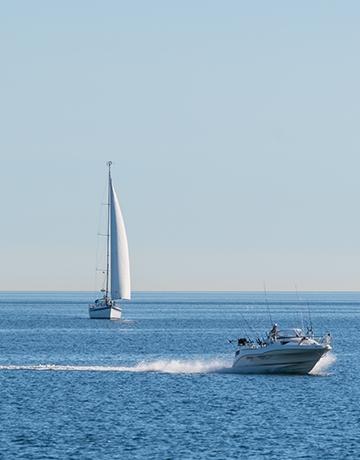 Speedbåd og sejlbåd til havs