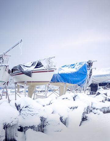 Vinterklargjort båd dækket af sne